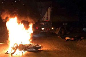 Hà Nội: Va chạm với xe tải, xe máy bốc cháy, 2 anh em sinh đôi thương vong