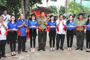 Công an Cần Thơ hỗ trợ xây dựng đường GTNT và trao quà cho học sinh nghèo tại quận Bình Thủy
