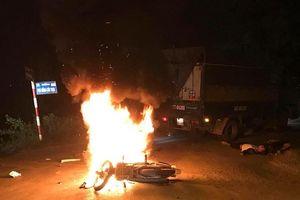 Xe máy bốc cháy dữ dội khi va chạm với xe tải, 2 anh em sinh đôi thương vong