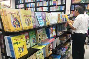 TP.HCM: Phụ huynh 'đỏ mắt' tìm sách giáo khoa lớp 1 cho con