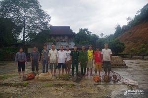 Trao tặng lợn giống cho 15 hộ nghèo huyện Quế Phong