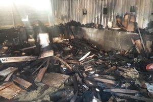 'Bà hỏa' thăm xưởng gỗ, dân tháo chạy khỏi nhà lúc rạng sáng