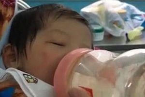 Nghẹt thở với cảnh tượng tài xế taxi chui xuống cống cứu bé sơ sinh