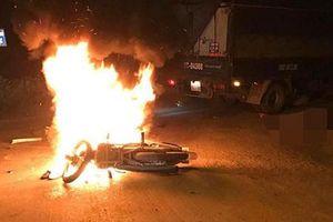 Va chạm với xe tải, xe máy bốc cháy dữ dội khiến một người tử vong