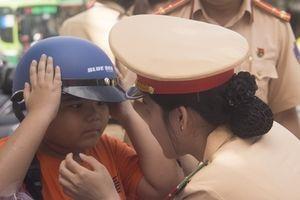Tặng 1.000 mũ bảo hiểm cho trẻ em