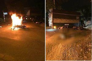 Đâm vào xe tải, xe máy bốc cháy, 2 người thương vong