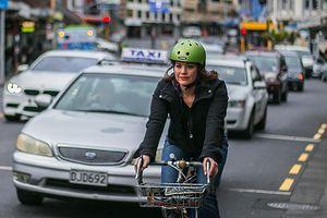 Nữ bộ trưởng New Zealand tự đạp xe đến bệnh viện sinh con