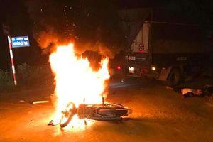 Đâm vào xe tải, xe máy bốc cháy ngùn ngụt, 2 anh em sinh đôi thương vong