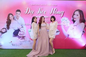 Diễn viên Hoàng Yến khoe giọng hát bên cạnh hai cô con gái lớn