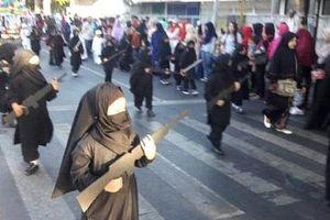 Phản ứng bất ngờ của hiệu trưởng trang phục diễu hành mẫu giáo Indonesia giống IS