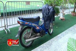 Kiểm tra đối tượng sửa xe máy ngoài đường làm rõ chân tướng 'đạo chích'