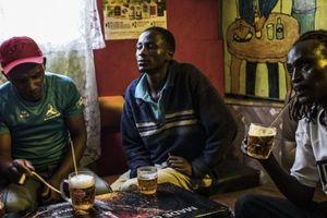 Các ông lớn ngành bia tấn công thị trường châu Phi bằng bia giá rẻ