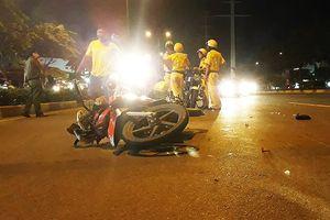 Clip: CSGT bị tông và kéo lê khi bắt xe trên làn ô tô