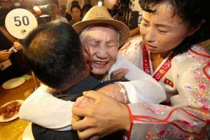 Nước mắt rơi trong cuộc đoàn tụ gia đình Hàn - Triều sau gần 70 năm