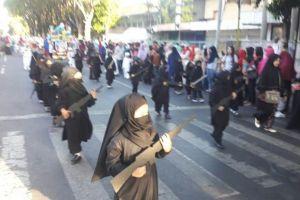 Trường mẫu giáo Indonesia gây phẫn nộ khi cho trẻ mặc trang phục như IS diễu hành