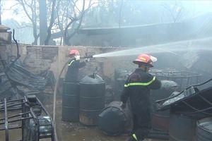 Hiện trường tan hoang vụ cháy dữ dội xưởng sơn trên đại lộ Thăng Long