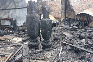 Cháy xưởng sơn lan sang xưởng gỗ