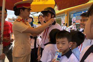 Mở đợt cao điểm đội mũ bảo hiểm cho trẻ em khi tham gia giao thông.