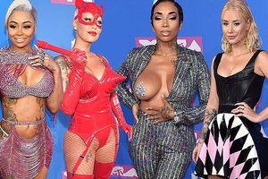 'Đỏ mặt' với váy áo táo bạo kỳ quặc gây sốc của các sao tại VMAs