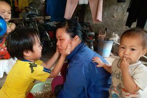 Nghẹn lòng cảnh chồng mất sớm, vợ trẻ chèo chống nuôi 3 con thơ dại