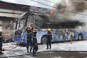 TP HCM: Xe khách giường nằm bốc cháy dữ dội