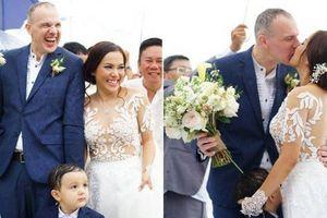 Lý Thanh Thảo 'Mùi ngò gai' tổ chức đám cưới lãng mạn với chồng Tây ở bãi biển