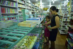 Vất vả tìm mua sách giáo khoa đầu cấp
