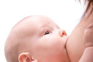 Bé vài ngày tuổi ọc sữa đến tím mặt, phải làm sao?