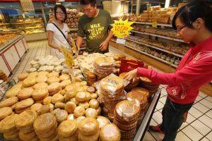 Bánh trung thu Trung Quốc: 'Thượng vàng hạ cám', khách mua chen chúc xếp hàng
