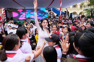 Thủy Tiên mặc áo dài trắng trẻ trung, hát 'Xinh tươi Việt Nam'