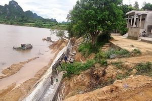 Quảng Bình: Dân tố mỏ khai thác cát gây sạt lở bờ sông