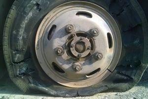 Lốp ô tô phát nổ 'thổi' chủ gara văng 3m, tử vong tại chỗ