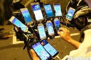 Cụ ông 70 tuổi gắn 11 cái điện thoại vào xe đạp để săn Pokemon