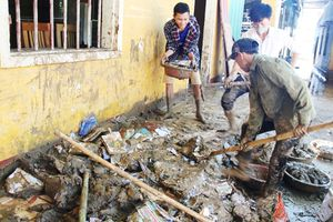Nghệ An: Clip thầy trò 'lăn xả' trong đống bùn cho kịp ngày khai giảng