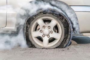Lốp ô tô phát nổ, chủ gara văng xa 3m tử vong tại chỗ