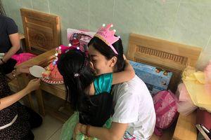 Mai Phương âu yếm chúc mừng sinh nhật 5 tuổi của con gái ở bệnh viện