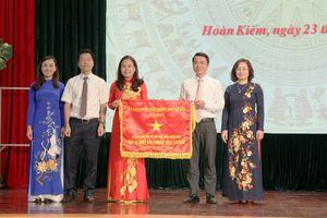 Ngành Giáo dục – Đào tạo quận Hoàn Kiếm vinh dự nhận Cờ thi đua đơn vị xuất sắc năm học 2017-2018