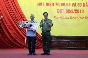 Trao tặng Huy hiệu 70 năm tuổi Đảng cho Đảng viên lão thành huyện Thạch Thất