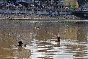 Nữ sinh lớp 9 trầm mình xuống sông trước cổng trường