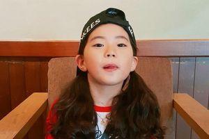 Bé gái Hàn trong clip 'Nói không với người lạ' đã lớn, ra dáng chị gái