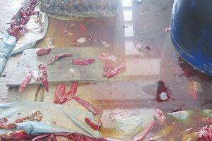 Phát hiện cơ sở sản xuất ớt muối trong bể chứa có xác côn trùng