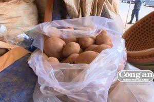 Nhuộm đất đỏ cho khoai tây Trung Quốc ngay tại chợ nông sản Đà Lạt