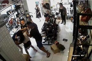 Clip: Lao thẳng vào cửa hàng đánh người vì bị nhắc đỗ xe sai