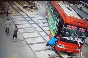 Công an Thanh Hóa xử phạt tài xế xe khách lao thẳng vào đường ray