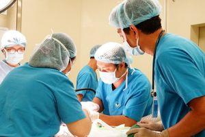 Phẫu thuật phình đại tràng bẩm sinh cho bé 2 tháng tuổi