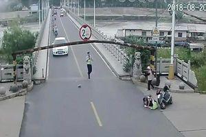 Nam thanh niên rồ ga tông cảnh sát rồi bỏ chạy