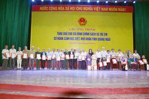 Phó Chủ tịch nước Đặng Thị Ngọc Thịnh tặng quà cho người có công Quảng Ngãi