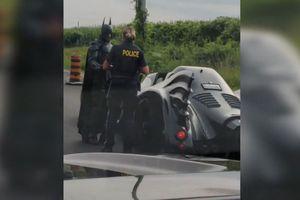 Siêu xe của Người Dơi bất ngờ bị cảnh sát 'hỏi thăm' trên cao tốc