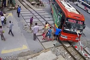 Xử phạt 15 triệu đồng đối với nhà xe và lái xe khách đâm vào barie đường sắt