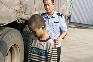 Trung Quốc: Bé trai trốn nhà, bám gầm xe tải đi suốt 1.000km